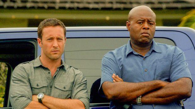Steve (Alex O'Loughlin, l.) unterstützt Captain Grover (Chi McBride, r.) bei...