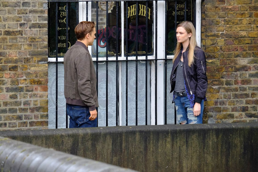 "Auf der Suche nach den Hintergründen von ""Domino"" stößt Prinz Liam (William Moseley, l.) auf Dominique (Georgina Bevan, r.). Doch wird er ihr vertra... - Bildquelle: 2015 E! Entertainment Media LLC/Lions Gate Television Inc."