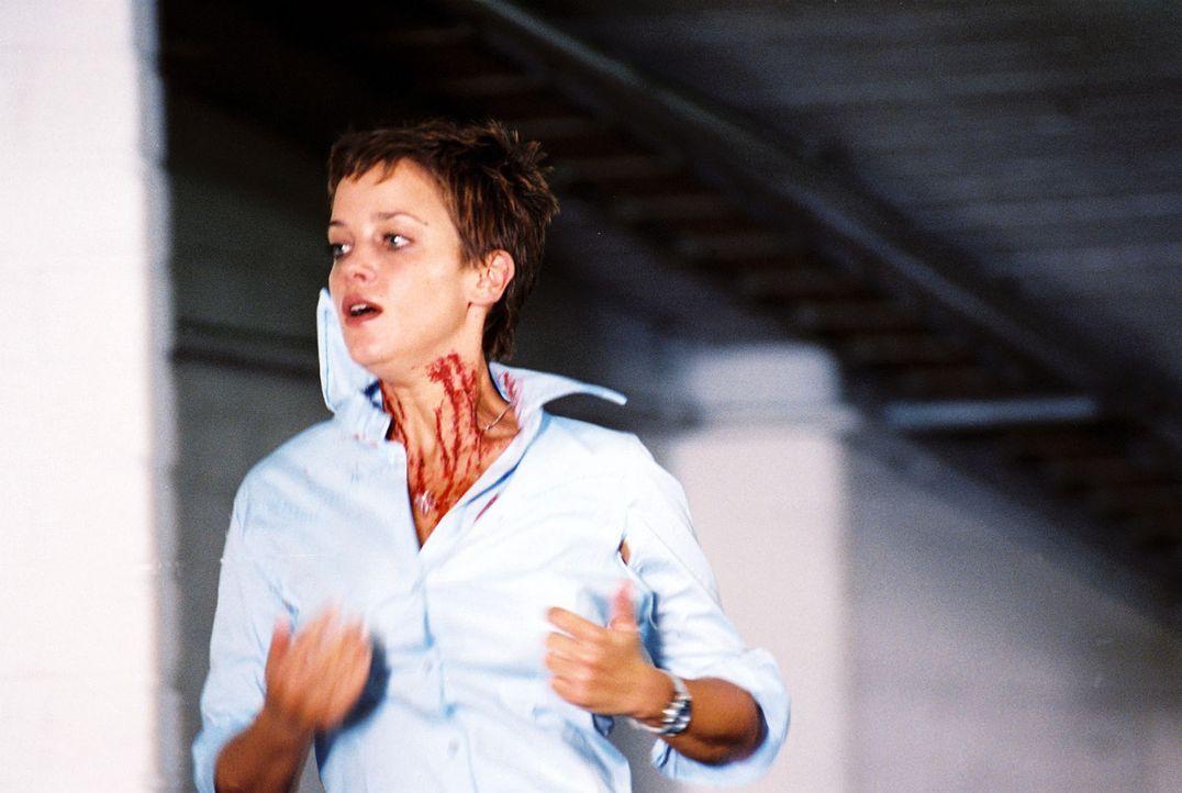 Bea (Muriel Baumeister) flüchtet vor Jürgen in die Tiefgarage. - Bildquelle: Baus Sat.1