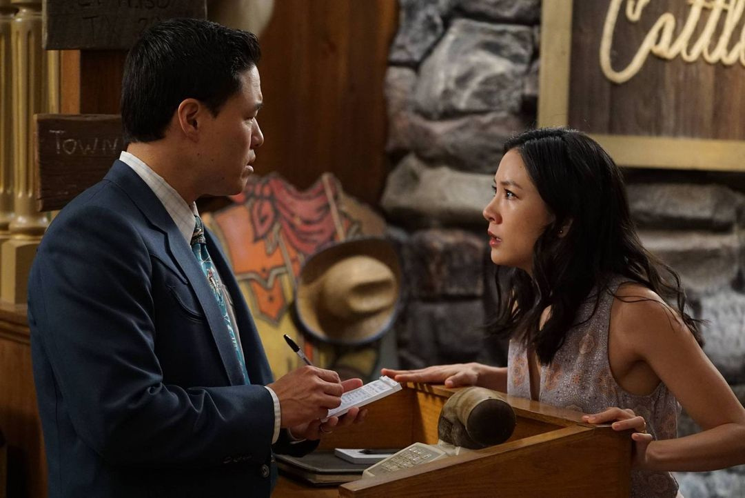 Jessica (Constance Wu, r.) hat sich beschwert, dass sie ganz allein den Haushalt stemmen muss. Daraufhin besorgt ihr Louis (Randall Park, l.) eine P... - Bildquelle: 2016-2017 American Broadcasting Companies. All rights reserved.