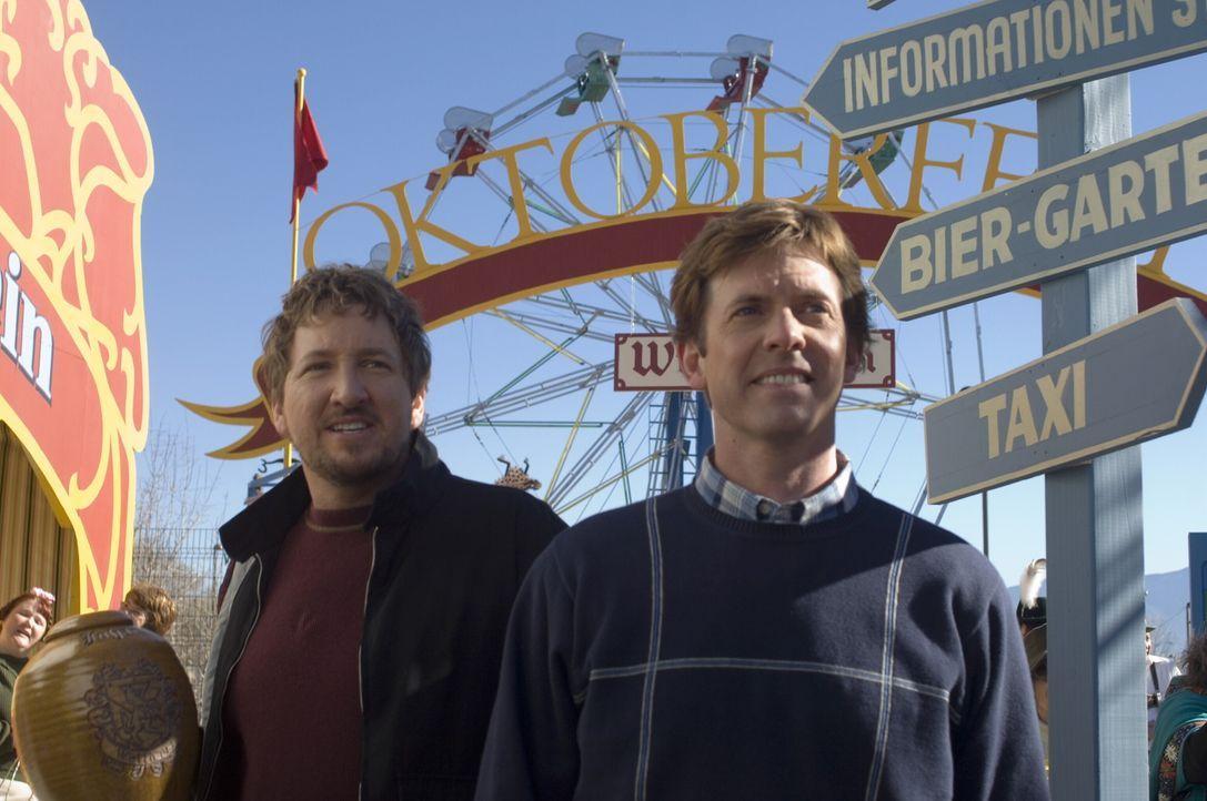 Geraten an einen Bier-Trink-Wettbewerb und unterliegen ihrer deutschen Verwandtschaft überaus deutlich: die beiden amerikanischen Brüder Todd (Eri... - Bildquelle: Warner Brothers International Television