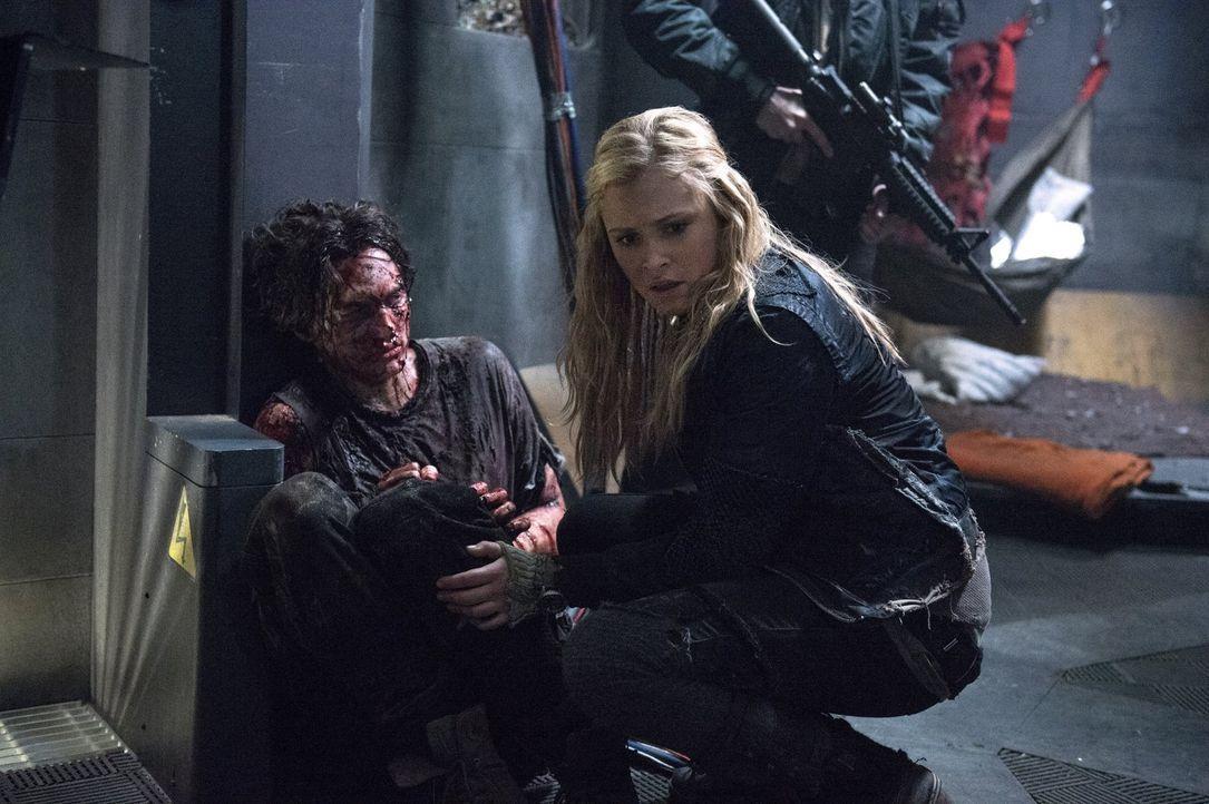 Clarke (Eliza Taylor, r.) hofft, wichtige Informationen über die Erdbewohner von Murphy (Richard Harmon, l.) zu erhalten .. - Bildquelle: Warner Brothers