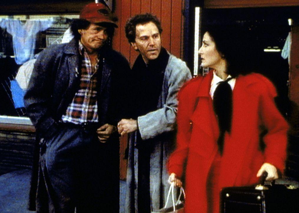 Die Staatsanwältin Kathleen Reynolds (Robin Strasser, r.) fühlt sich von den Obdachlosen Humphrey Bogart (Henry Bal, l.) und Matthew (John Rubinstei... - Bildquelle: Worldvision Enterprises, Inc.