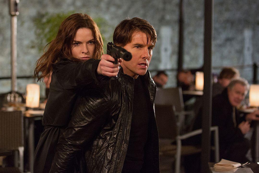 Ilsa Faust (Rebecca Ferguson, l.) und Ethan Hunt (Tom Cruise, r.) kämpfen Seite an Seite. Doch verfolgen die beiden wirklich das gleiche Ziel? - Bildquelle: Chiabella James 2015 PARAMOUNT PICTURES. ALL RIGHTS RESERVED.