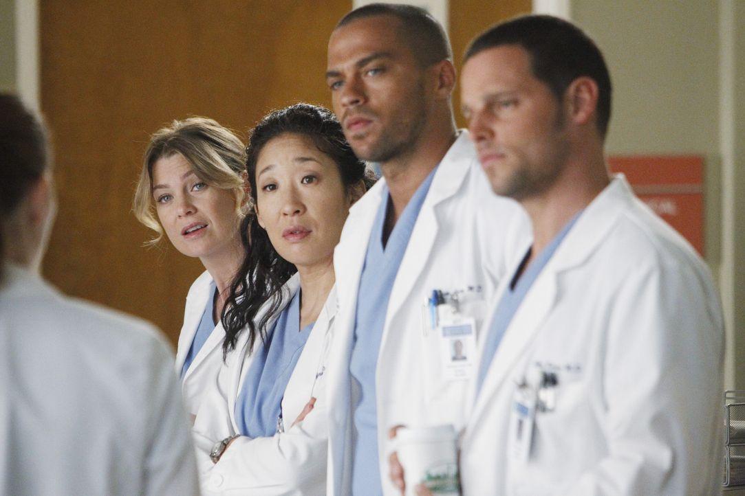 Während Richard als Chefarzt zurücktritt, stehen Meredith (Ellen Pompeo, 2.v.l.), Cristina (Sandra Oh, M.), Jackson (Jesse Williams, 2.v.r.), Alex... - Bildquelle: ABC Studios