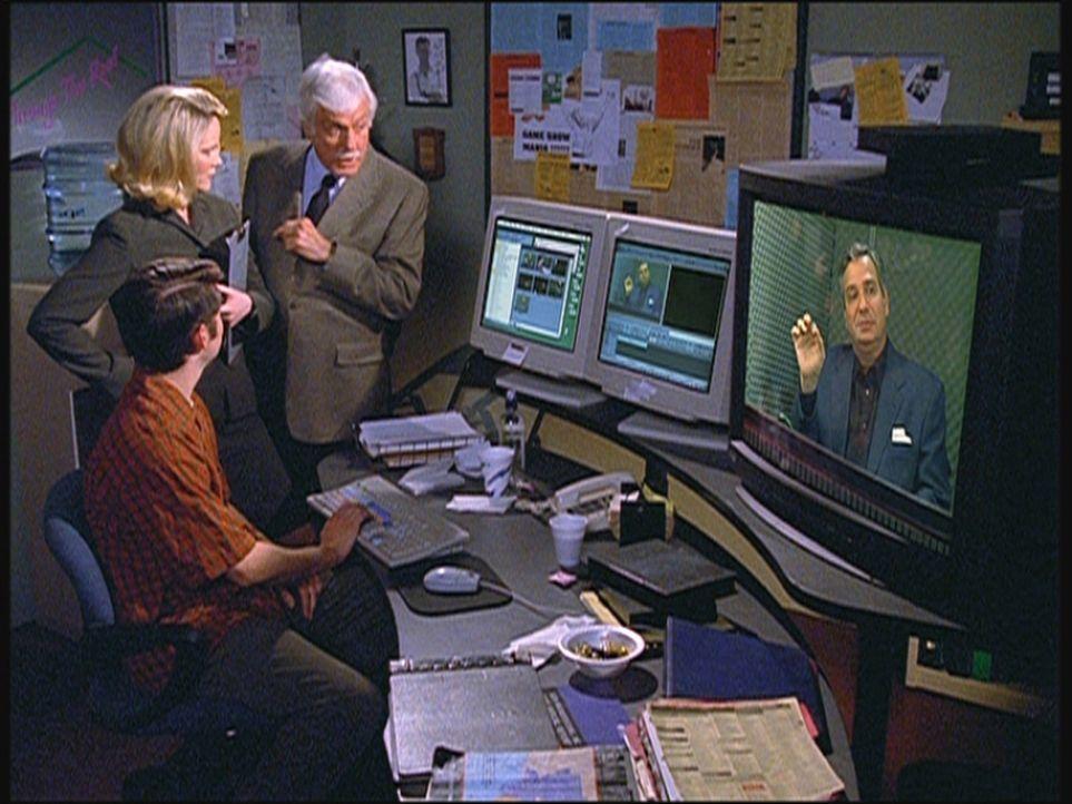 Mark (Dick Van Dyke, r.) lässt sich von der Assistentin Savannah einen Ausschnitt aus einer alten Sendung zeigen, bei der ein Kandidat einem Asthmaa... - Bildquelle: Viacom
