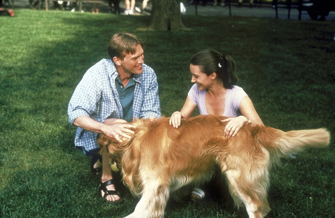 Im Park lernt Charlotte (Kristin Davis, r.) den sympathischen Michael (Jack Koenig, l.) kennen. - Bildquelle: Craig Blankenhorn 1998 HBO