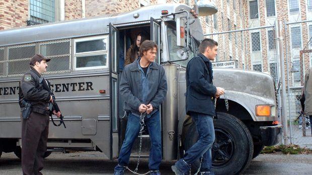Als Sam (Jared Padalecki, M.) und Dean (Jensen Ackles, r.) über einen Geist h...