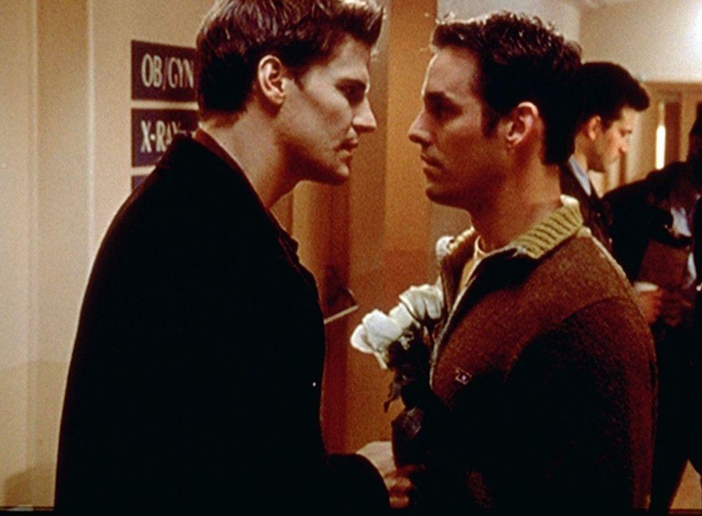 Angel (David Boreanaz, l.) will eine Freundin im Krankenhaus besuchen. Xander (Nicholas Brendon, r.) hält ihn davon ab, denn er weiß, dass Angel nur... - Bildquelle: TM +   2000 Twentieth Century Fox Film Corporation. All Rights Reserved.