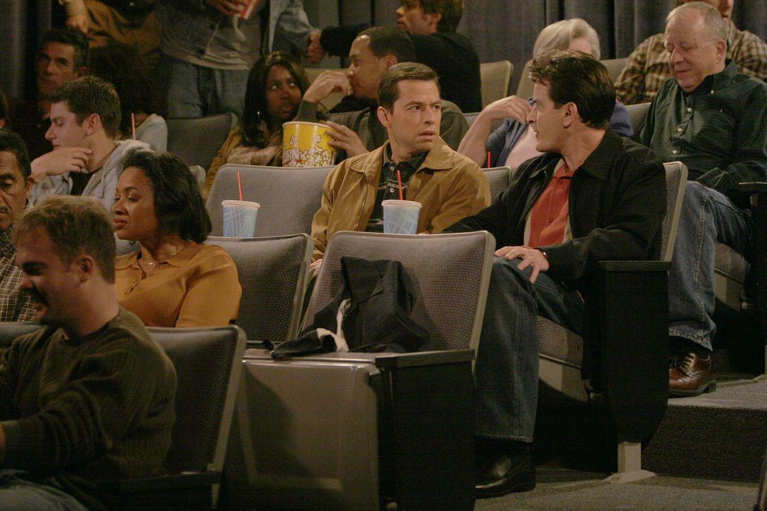 Alans (Jon Cryer, 2.v.r.) Sohn Jake schläft auswärts bei einem Freund, daher hat er die Zeit, mit Charlie (Charlie Sheen, r.) ins Kino zu gehen. D... - Bildquelle: Warner Brothers Entertainment Inc.