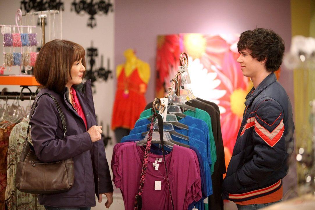 Frankie (Patricia Heaton, l.) ist total aus dem Häuschen, als Axl (Charlie McDermott, r.) sie bittet, ihn ins Shoppingcenter zu begleiten ... - Bildquelle: Warner Brothers