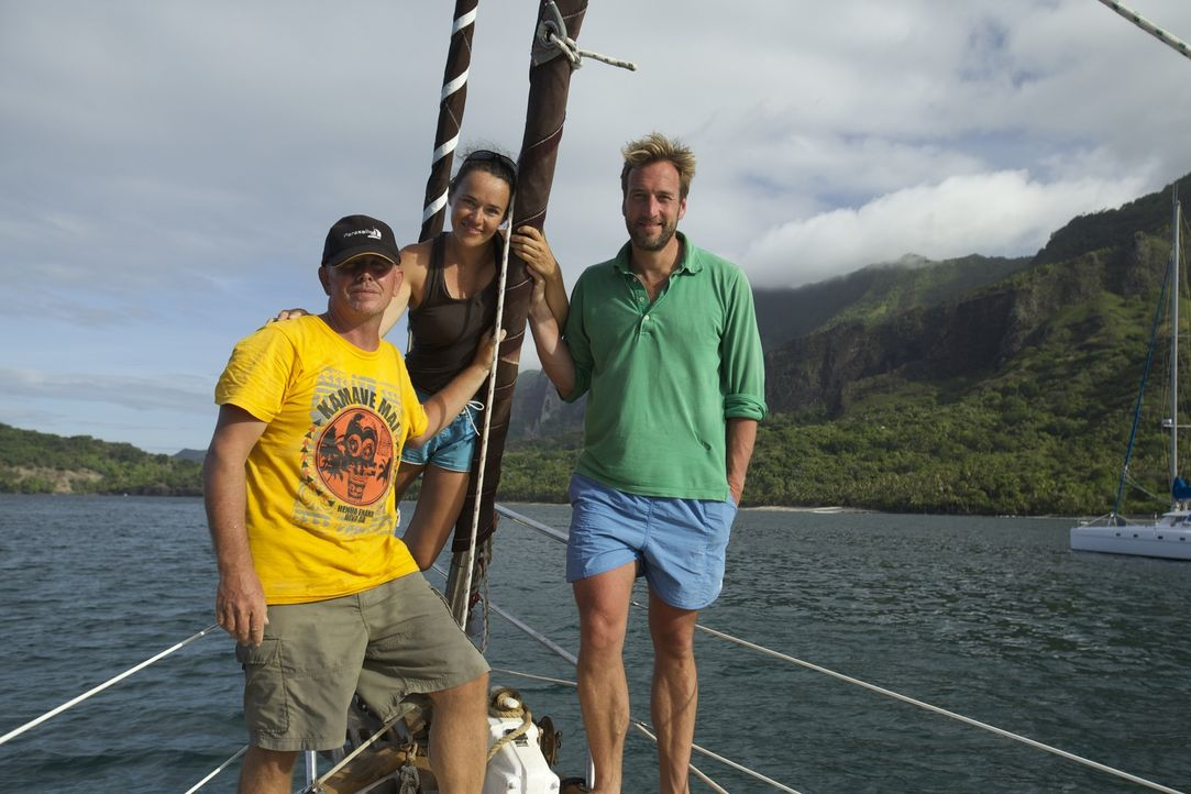 Abenteurer Ben Fogle (r.) trifft den britische Auswanderer Rick (l.) und seine Freundin Jasna (M.), die weit entfernt von der Zivilisation ein Nomad... - Bildquelle: Renegade Pictures