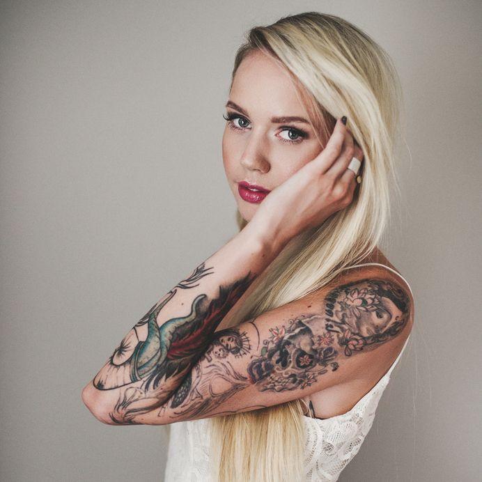 17_TattooGirlBlondeArm - Bildquelle: knape