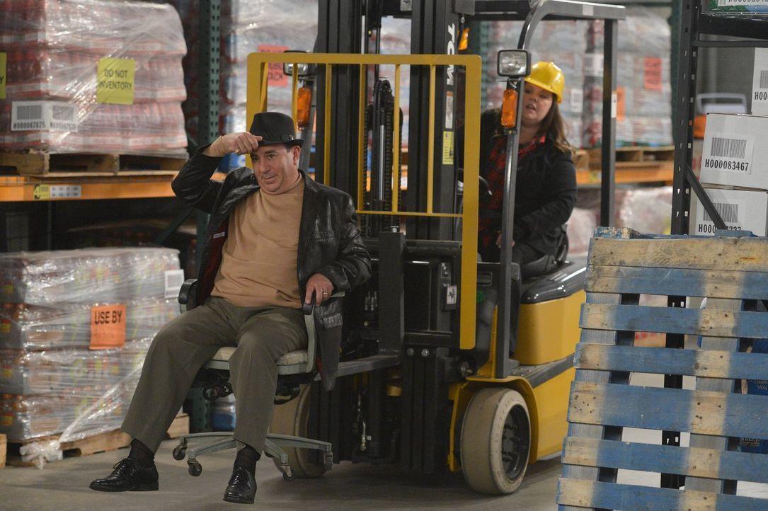 Molly (Melissa McCarthy, r.) entscheidet sich dafür, erst einmal eine Pause von der Schriftstellerei zu machen und nimmt deshalb einen Job als Gabel... - Bildquelle: Warner Brothers