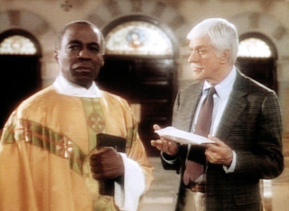 Dr. Sloan (Dick Van Dyke, r.) konfrontiert Pater Morrissey (Robert Guilaume, l.) mit unangenehmen Tatsachen. - Bildquelle: Viacom