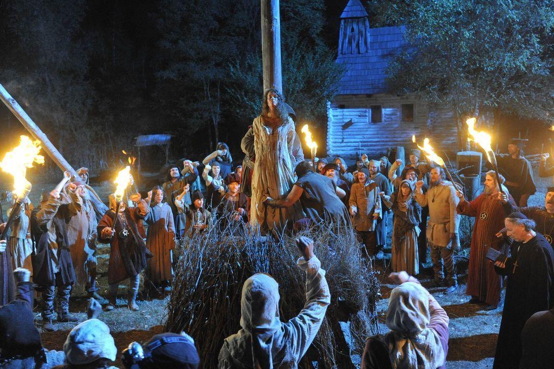 Als Hepzibah (Marketa Froesslova) von einer eifersüchtigen Dorfbewohnerin der Hexerei beschuldigt wird, landet sie auf dem Scheiterhaufen ... - Bildquelle: Ibra Ibrahimovic ProSieben