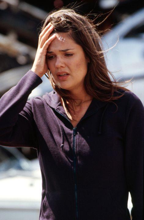 Die Ereignisse überschlagen sich: Nachdem Jessica (Elizabeth Lackey) von einem Mann überfallen wurde, hat sie kurz darauf einen Autounfall ... - Bildquelle: Sony Pictures Television International. All Rights Reserved.