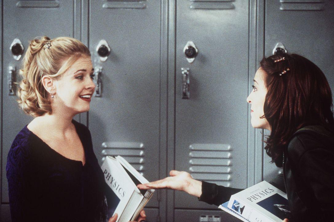 Sabrina (Melissa Joan Hart, l.) findet Valeries (Lindsay Sloane, r.) Gehabe ganz schön nervig. - Bildquelle: Paramount Pictures