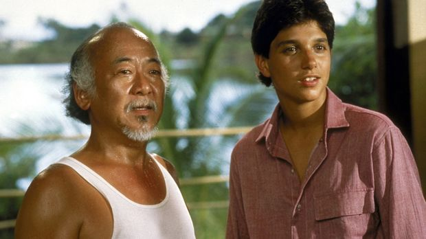 Karate-Kid Daniel (Ralph Macchio, r.) und sein weiser Lehrer Miyagi (Noriyuki...