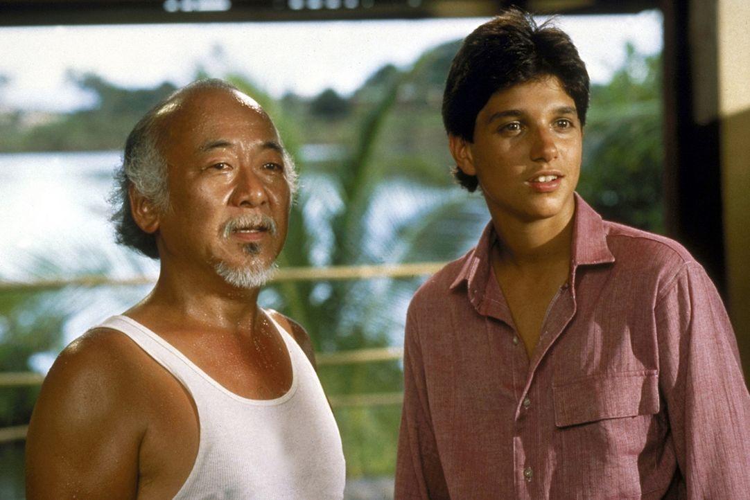 """Karate-Kid Daniel (Ralph Macchio, r.) und sein weiser Lehrer Miyagi (Noriyuki """"Pat"""" Morita, l.) erleben zusammen ein neues, aufregendes Abenteuer ... - Bildquelle: Columbia Pictures"""