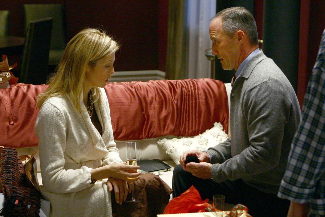 Zum Entsetzten von Serena und Eric hält Bart Bass (Robert John Burke, r.) um die Hand von Lily (Kelly Rutherford, l.) an ... - Bildquelle: Warner Brothers