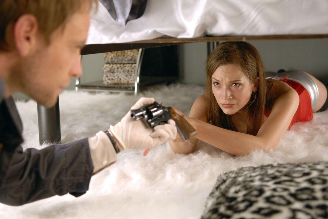 Philip (Julian Weigend, l.) findet unter einem Bett eine verängstigte Prostituierte (Uta Kargel, r.) mit einer Waffe in der Hand ... - Bildquelle: Christoph Assmann Sat.1