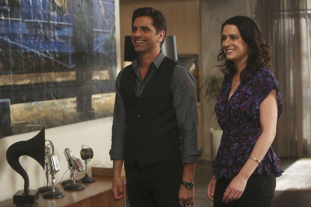 Jimmy (John Stamos, l.) und Sara (Paget Brewster, r.) haben endlich eingesehen, dass sie füreinander bestimmt sind. Doch während Sara sofort mit Cra... - Bildquelle: Jordin Althaus 2016 ABC Studios. All rights reserved.