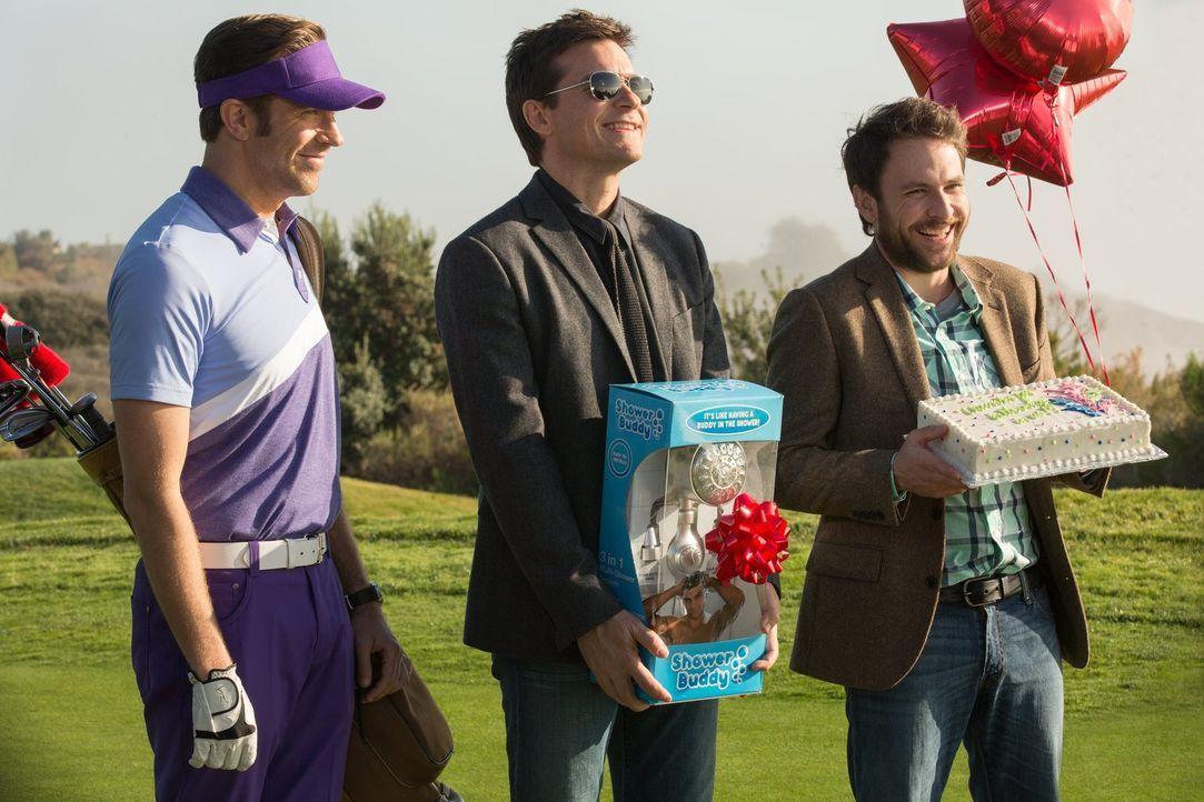 Ahnen noch nicht, dass der vermeintliche Investor nur an ihrer Pleite interessiert ist: (v.l.n.r.) Kurt (Jason Sudeikis), Dale (Charlie Day) und Nic... - Bildquelle: 2014   Warner Bros.