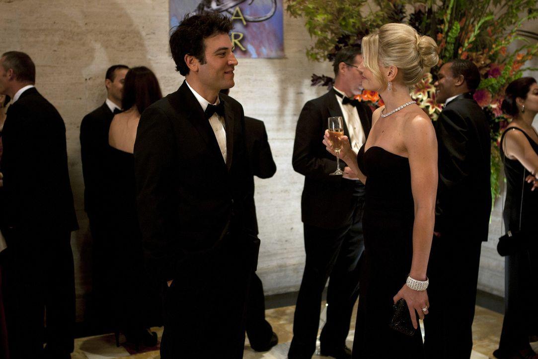 Ted (Josh Radnor, l.) und seine Freunde besuchen eine Spendenaktion im Naturkundemuseum. Dabei trifft er Zoey (Jennifer Morrison, r.) wieder. Sie st... - Bildquelle: 20th Century Fox International Television