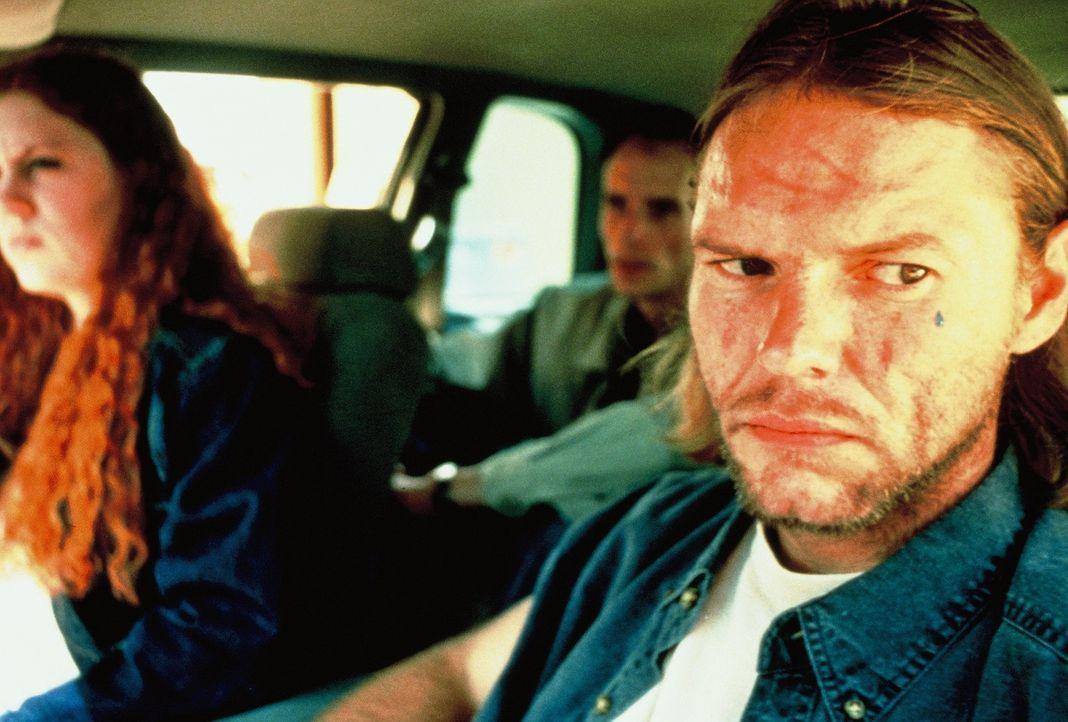 Die Polizei kennt schon bald die Identität des sadistischen Killers (Darsteller unbekannt, r.), doch sie kann ihn nicht festnehmen, da es dem Mann i... - Bildquelle: New Dominion Pictures, LLC