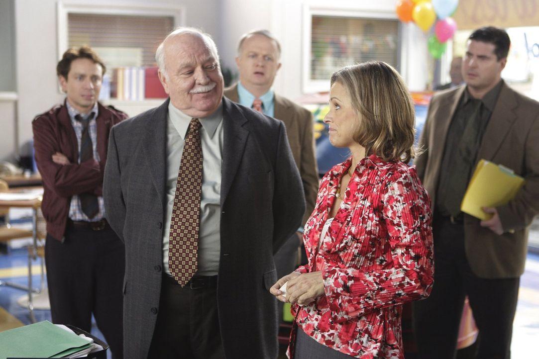 Autohausbesitzer Mr. Elhert (Brian Doyle-Murray, l.) beauftragt die Motivationsberaterin Abby (Amy Sedaris, r.), um die Verkaufszahlen hochzutreiben... - Bildquelle: Warner Brothers