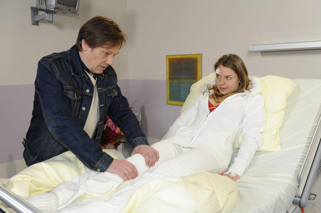 Armin (Rainer Will, l.) macht sich Sorgen um Katja (Karolina Lodyga, r.), die nach dem Unfall Probleme mit ihren Beinen hat ... - Bildquelle: SAT.1