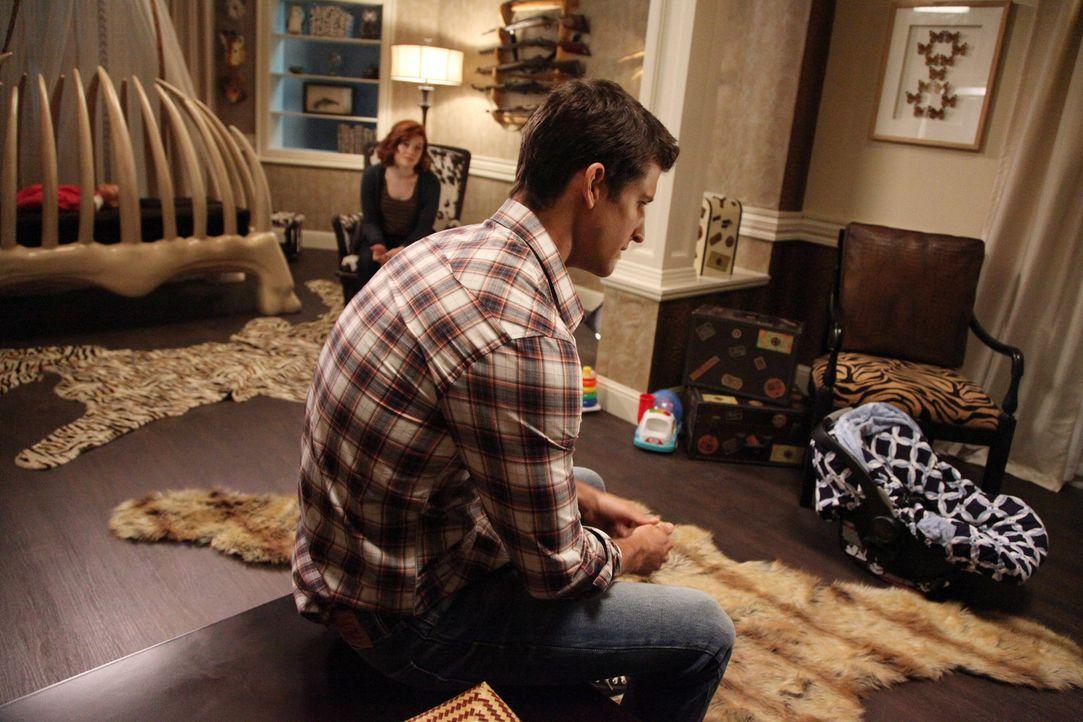 Wegen ihrer Schuldgefühle gegenüber Ryan (Parker Young, r.), weil sie herausgefunden hat, dass er adoptiert wurde, hilft Lisa ihm dabei, Tessa (Jane... - Bildquelle: Warner Brothers