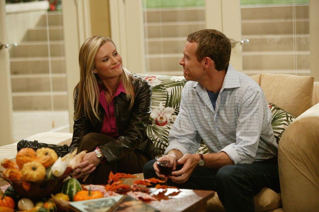 Der Verkupplungsversuch von Kirsten und Sandy führt zunächst zu einer peinlich gespannten Atmosphäre, doch als sich rausstellt, dass Jimmy (Tate... - Bildquelle: Warner Bros. Television