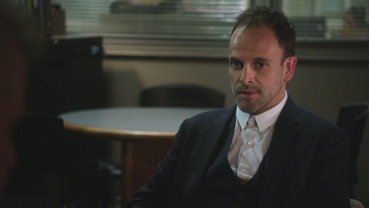 Mit hervorragender Auffassungsgabe versucht Sherlock Holmes (Jonny Lee Miller) seinen aktuellen Fall zu lösen ... - Bildquelle: 2018 CBS Broadcasting, Inc. All Rights Reserved.