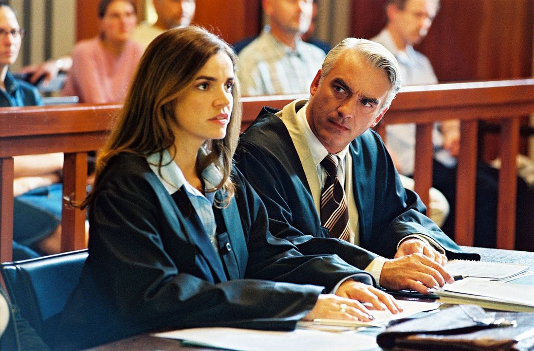 Sandra (Rebecca Immanuel, l.) hat das sichere Gefühl, dass der Anwalt der Gegenseite mit gezinkten Karten spielt. Auf dieses Gefühl vertraut sie und... - Bildquelle: Hardy Spitz Sat.1