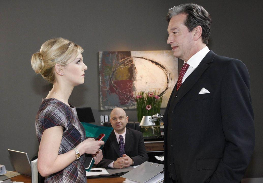 Oliver (Prodromos Antoniadis, M.) gerät unter Druck, als Julius (Günter Barton, r.) die Zusammenarbeit mit Eva fordert. Alexandra (Ivonne Schönhe... - Bildquelle: SAT.1