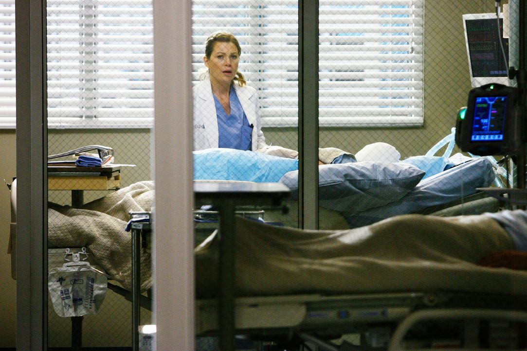 Schock: Meredith (Ellen Pompeo) erkennt, wer das Unfallopfer ist .... - Bildquelle: Touchstone Television