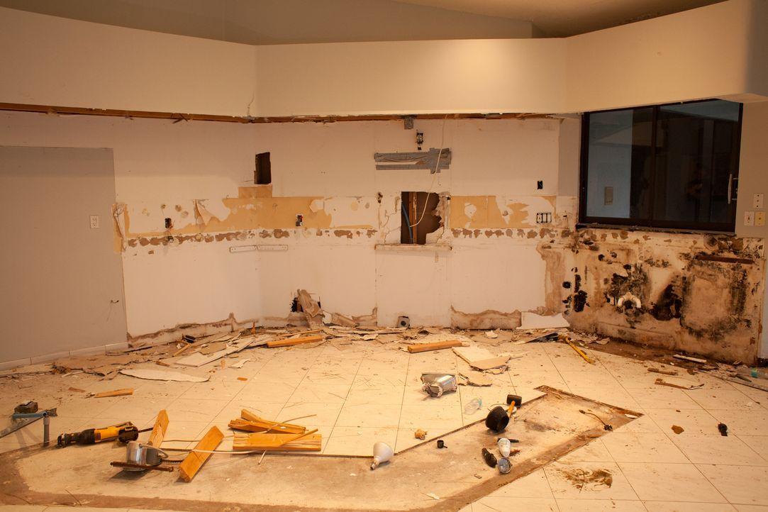 Aktuell gibt der Raum ein sehr deprimierendes Bild wieder und eine Menge Reparaturarbeiten stehen hier für das Team an. - Bildquelle: 2014, Departure Films.