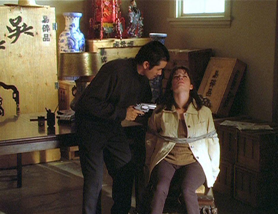 Piper (Holly Marie Combs, r.) ist in der Gewalt von Tony Wong (Joe Hoe, l.), einem üblen Verbrecher ... - Bildquelle: Paramount Pictures
