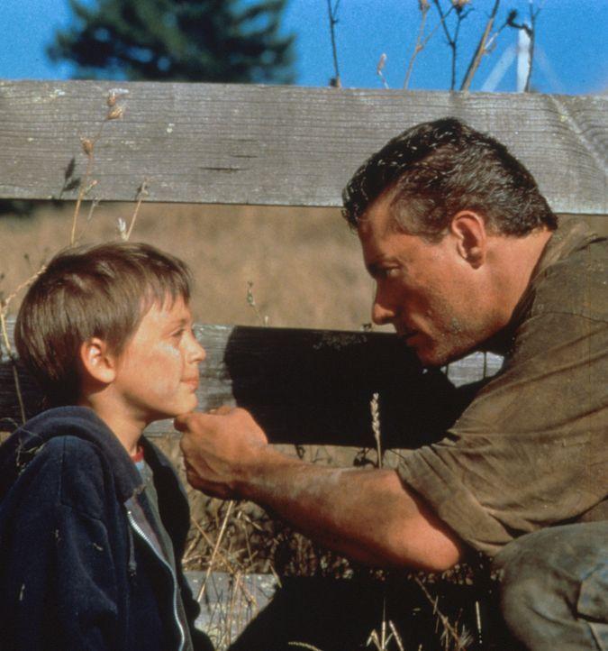 Sam Gillen (Jean-Claude van Damme, l.) beschützt den kleinen Mookie (Kieran Culkin, r.) vor den Gangstern ... - Bildquelle: Columbia Pictures Corporation