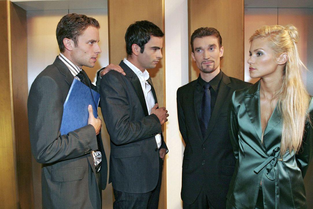 Vor dem Aufzug treffen David (Mathis Künzler, 2.v.l.) und Max (Alexander Sternberg, l.) auf Richard (Karim Köster, 2.v.r.) und Sabrina Hofmann (Nina... - Bildquelle: Noreen Flynn Sat.1