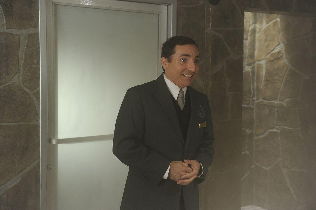 Hat schlechte Nachrichten für George: Javier (Edward Padilla) ... - Bildquelle: Warner Bros. Television