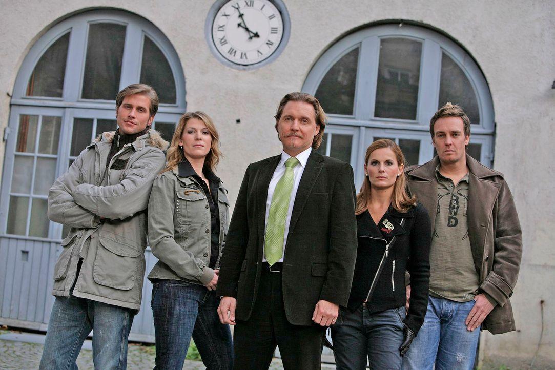 Ingo Lenßen (M.) mit den Ermittlern Sebastian Thiele (l.), Katja Hansen (2.v.l.), Sandra Nitka (2.v.r.) und Christian Storm (r.) - Bildquelle: Holger Rauner Sat.1