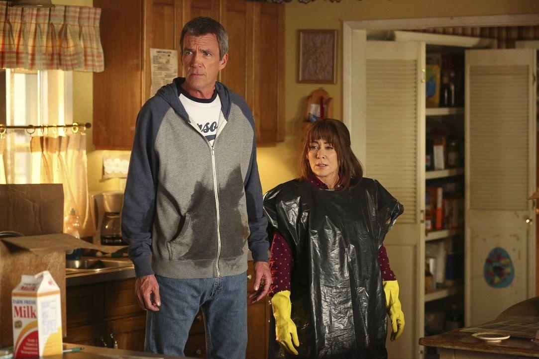 Wird es Mike (Neil Flynn, l.) und Frankie (Patricia Heaton, r.) gelingen, das Wasser anzustellen, um einige wertvolle Dinge aus dem Keller zu retten... - Bildquelle: Warner Bros.