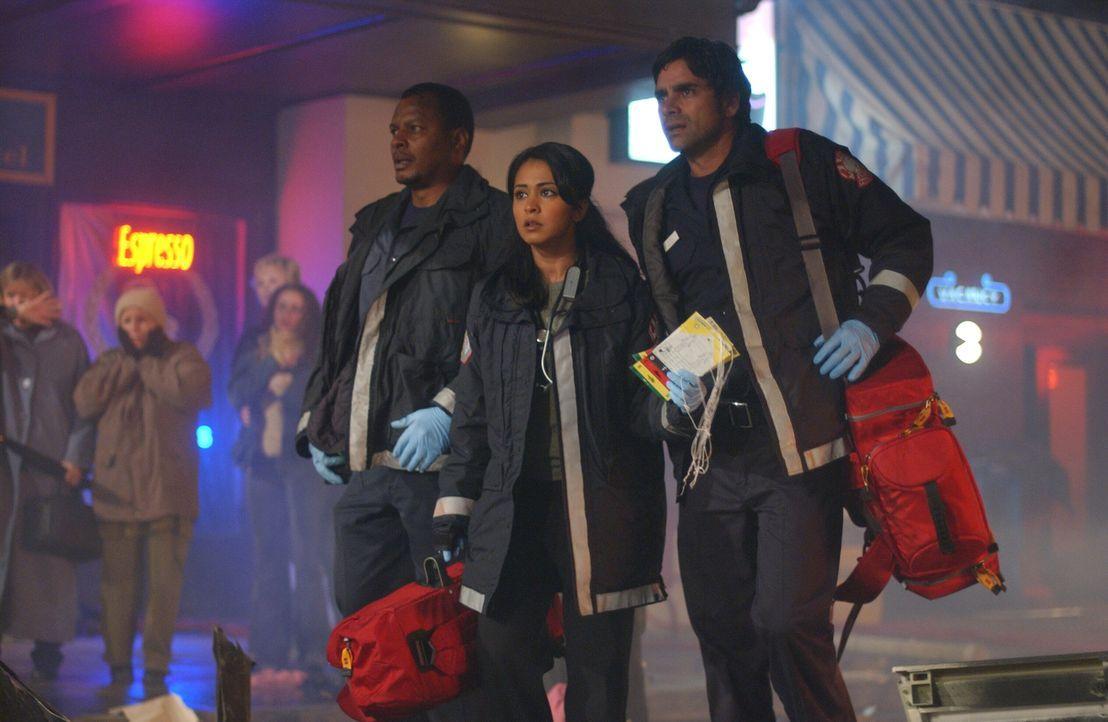 Das Ausmaß der Katastrophe ist Zadro (Monte Russell, l.), Neela (Parminder Nagra, M.) und Gates (John Stamos, r.) noch nicht klar ... - Bildquelle: Warner Bros. Television