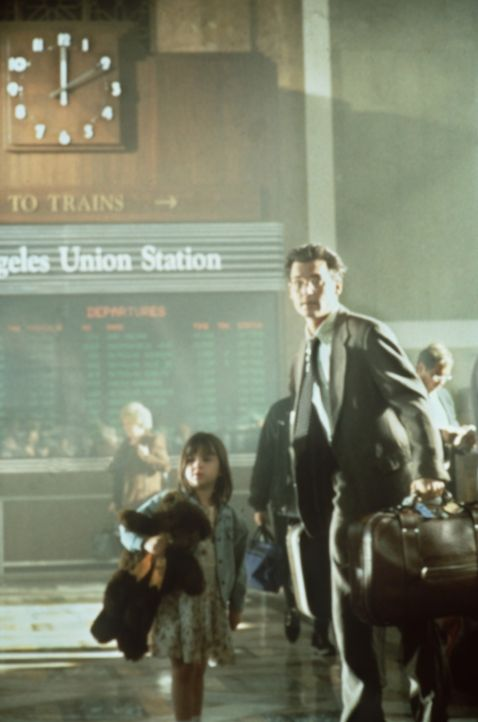 Kaum sind Gene Watson (Johnny Depp, r.) und seine sechs-jährige Tochter Lynn (Courtney Chase, l.) am Bahnhof von L. A. angelangt, wird das Mädchen... - Bildquelle: Paramount Pictures