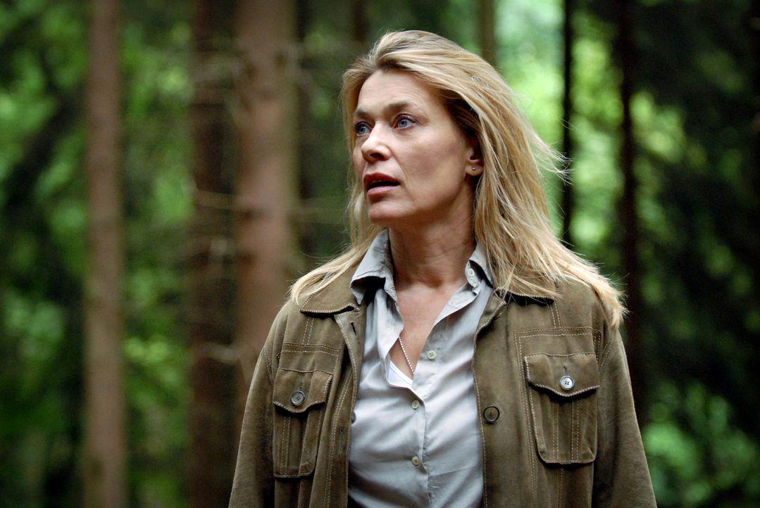 Panisch sucht Christiane (Barbara Rudnik) im Wald nach ihrem Hund Timmy. - Bildquelle: Martin Menke Sat.1