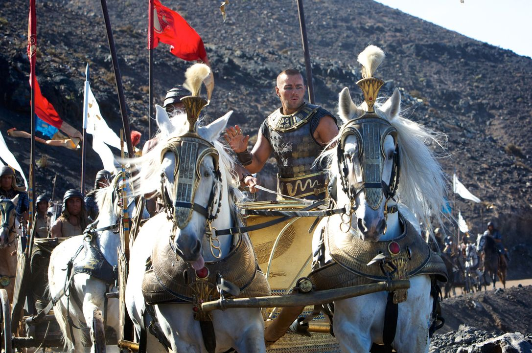 Die Freundschaft zwischen Ramses (Joel Edgerton) und Moses verwandelt sich langsam in eine erbitterte Gegnerschaft, als immer Widrigkeiten über Ägyp... - Bildquelle: 2014 Twentieth Century Fox Film Corporation. All rights reserved.