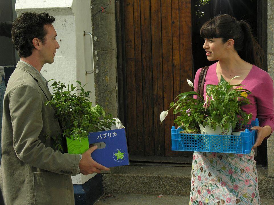 Lasst Blumen sprechen! Danny (Tristan Sturrock, l.) will wieder Louisas (Caroline Catz, r.) Gunst erlangen - doch das ist wahrlich nicht so einfach... - Bildquelle: BUFFALO PICTURES/ITV